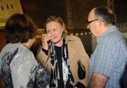 Първата жена на певеца Емилия плаче на погребението.