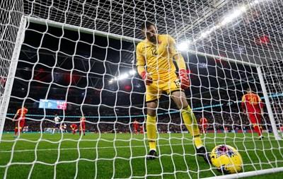 Милан Миятович вади за първи път топката от мрежата си и сигурно не предполага какво го очаква. СНИМКА: РОЙТЕРС