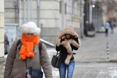 Ако облечем връхната си дреха в офиса, защото ни е студено, когато излезем навън, направо ще зъзнем. СНИМКА: Йордан Симeонов