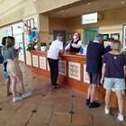 Служител на рецепцията с маска дава напътствия на гостите на блокирания хотел в Тенерифе