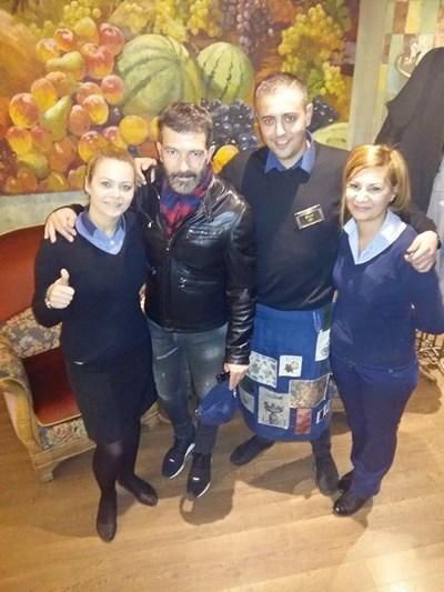 Бандерас се снима с персонал на ресторант в центъра на София. След като кадрите се появиха във фейсбук, хиляди го харесаха и коментираха, че е неразпознаваем.  СНИМКИ: ФЕЙСБУК