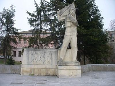 Паметникът на знаменосеца на четата на Христо Ботев Никола Симов-Куруто в родния му град Търговище. СНИМКА: Ваньо Стоилов
