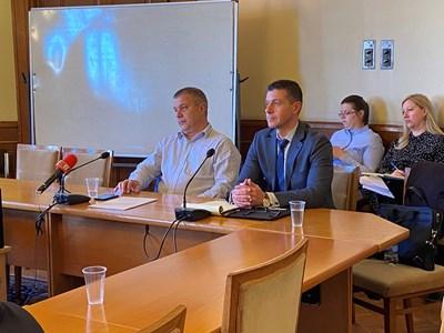 Емил Кошлуков (вляво) и Андон Балтаков на заседанието на медийната комисия
