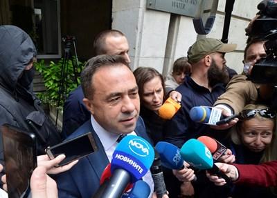 Красимир Живков беше отведен от сградата на министерството от специализираната прокуратура. СНИМКА: Йордан Симеонов