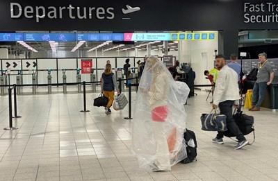 Пътник, увит в найлон, пристига на летището в Лутън, Великобритания.