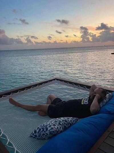 Балабанов лежи на екзотичен плаж.