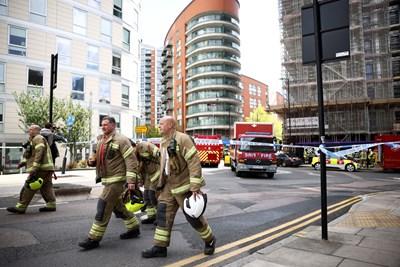 """125 пожарникари са били задействани за гасенето на пламъците, които са обхванали три етажа от 19-етажната сграда в квартал """"Докландс"""". Снимка Ройтерс"""