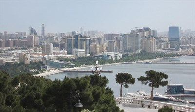 """Поглед от височините на бившия градски парк """"Киров"""" към залива на Баку. Модерното строителство в последните години е променило изцяло облика на града. СНИМКА: Гeорги Милков"""