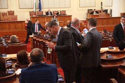 Депутатите излизат в дълга коледна ваканция.