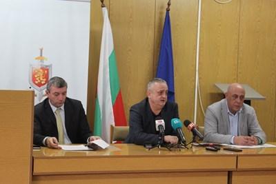 Директорът на полицията в Пазарджик старши комисар Ивайло Тишев, окръжният прокурор Васил Малинов и директорът на РИОСВ Костадин Гешев ( от ляво на дясно) обясняват как ще накажат фирмата, замърсила р. Марица.