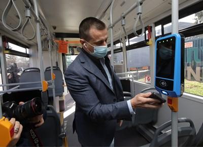 Шефът на Центъра за градска мобилност Димитър Дилчев показва как вече може да се пътува с банкова карта в столичния градски транспорт.