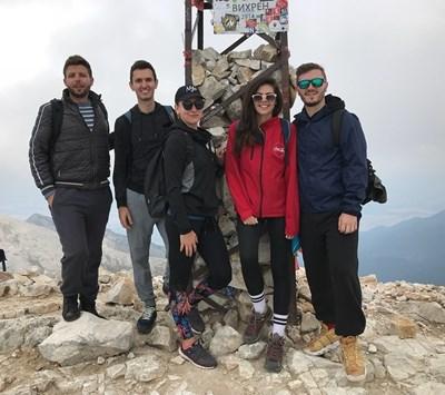 Михаела Филева и приятелите и? на връх Вихрен СНИМКА: ИНСТАГРАМ ПРОФИЛ НА ПЕВИЦАТА