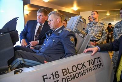 Вижте как ще летят българските F-16, шефът на ВВС пръв опита (видео)
