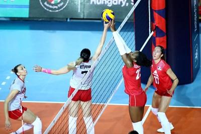 Лора Китипова се бори за топката на мрежата с Леандра Олинга-Андела от Франция.  Снимка: CEV