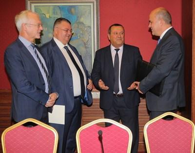 Васил Велев, Ивайло Иванов, Хасан Адемов и Бисер Петков (от ляво на дясно) обсъждат болничните. СНИМКА: Румяна Тонeва