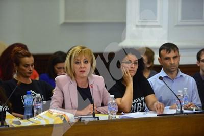 Мая Манолова представя проекта за Закон за личната помощ пред Националния съвет за хората с увреждания. СНИМКА: 24 часа