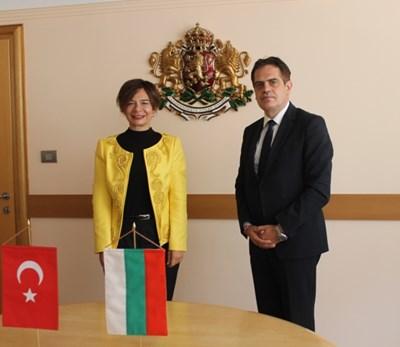 Турския посланик Айлин Секизкьок разкри пред икономическия министър Лъчезар Борисов, че предстои нова инвестиция в България. Снимка: МИ