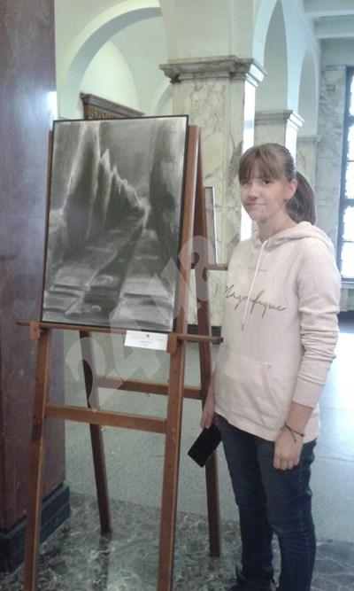 """16-годишната Зорница Йовева до една от своите картини - """"Кипариси"""" СНИМКА: 24 часа"""