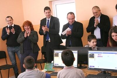 Кметът на Пловдив Иван Тотев и заместникът му Стефан Стоянов (до него) присъстват на демонстрация на дигитални средства за преподаване в училище. СНИМКА: Евгени Цветков