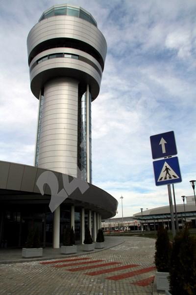 Кулата на РВД на летището в София.   СНИМКА: 24 часа