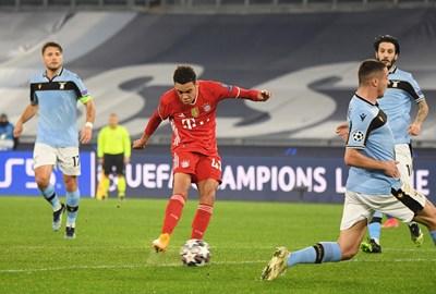 """Джамал Мусиала шутира, за да отбележи първия си гол в Шампионската лига. Футболистът на """"Байерн"""" се разписа за 2:0 при гостуването на """"Лацио"""" в първия 1/8-финал. Германският гранд си тръгна от Рим с аванс от 4:1."""
