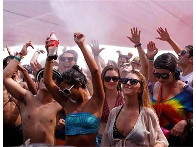 Младежи се радват на прохладата от водна мъгла по време на фестивал.  СНИМКИ: РОЙТЕРС И ХРИСТО РАХНЕВ