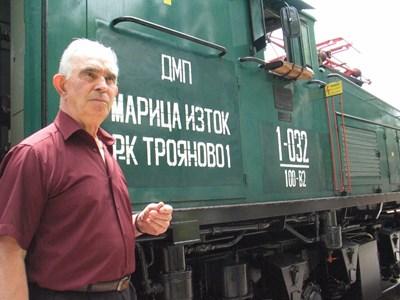 """На 8 юни 1961 г. на машиниста Йордан Станчев се пада честта да подкара първия електрически локомотив в България - в рудник """"Трояново 1"""" на мини """"Марица изток"""".  СНИМКА: Личен архив"""