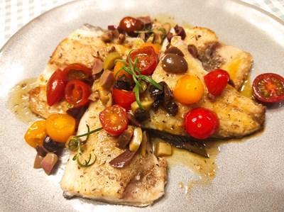 Лаврак с чери домати и маслини