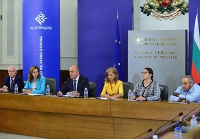 Адриана Стоименова заедно с министър Бисер Петков и уволнената му заместничка Росица Димитрова на заседанието на съвета преди 2 дни.  СНИМКА: ЙОРДАН СИМЕОНОВ