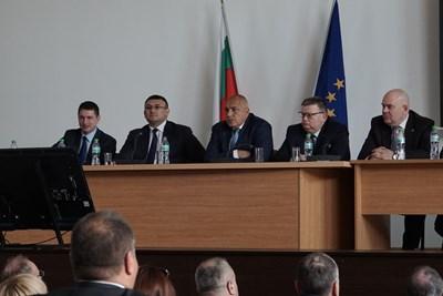 Шефът на полицията Христо Терзийски, вътрешният министър Младен Маринов, премиерът Бойко Борисов, главният прокурор Сотир Цацаров и заместникът му Иван Гешев (от ляво на дясно) обсъдиха акцията за залавянето на бандата телефонни измамници.  СНИМКА: ДЕСИСЛАВА КУЛЕЛИЕВА