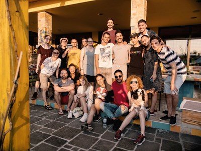 На снимката са 12-те артисти заедно с Люси Дяковска и част от менторите.