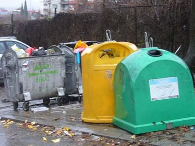 """Край тези контейнери за боклук до блок 26 в старозагорския квартал """"Трите чучура"""" в полунощ срещу понеделник е намерена найлоновата торба с части от тялото на убития. СНИМКА: Авторът"""