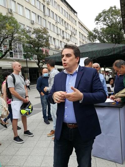 Асен Василев разговаря със симпатизанти в Плевен