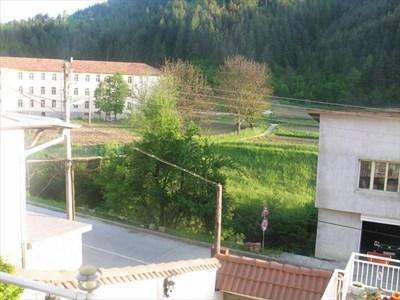 Фермата (в близък план вдясно) е на метри от гимназията, където учи Меди. През междучасията той отива да нахрани животните.