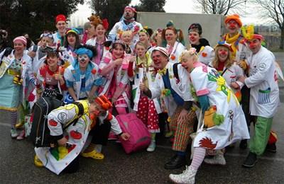 """150 клоуни в бели престилки от 8 страни събра швейцарската фондация """"Теодора"""". Те поставиха рекорд за """"Гинес"""" в Берн за най-много болнични смешници на едно място."""