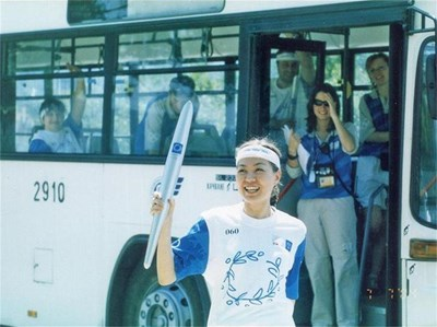 Станислава е една от щастливките, които носят олимпийския огън по пътя му за игрите в Атина през 2004 г. СНИМКИ: ЛИЧЕН АРХИВ И БИ ТИ ВИ