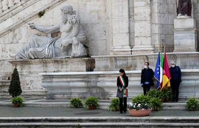 Кметът Вирджиния Раджи на Капитолийския площад в Рим  СНИМКИ: Ройтерс