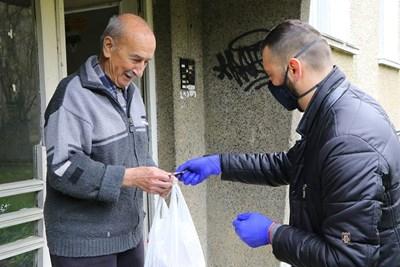 Ежедневно се изпълняват поръчки на възрастни, които са най-уязвими пред коронавируса