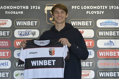 Петър Петров е позира с екипа на родния си клуб, след като подписа първия си професионален договор.