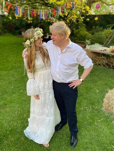 Бали със слама и полски цветя украсиха градината на премиерската резиденция в деня на сватбата на Кари и Борис Джонсън. СНИМКА: ИНСТАГРАМ