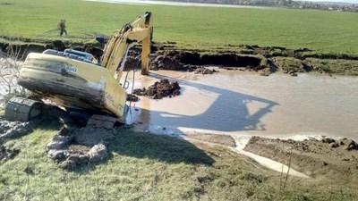Направиха спешен ремонт на дигата до моста при село Иново. СНИМКА: МЗХГ