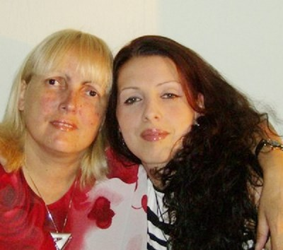 Адвокат Тодорова (вляво) с дъщеря си Деница
