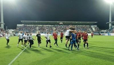 """Футболистите и хората от щаба на """"Локо"""" (Пд) се стичат към Илко Пиргов след победната дузпа на Бирсент Карагарен. Снимка: клубен фейсбук"""