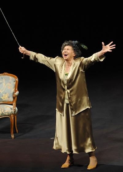 """Стоянка Мутафова в ролята си в """"Госпожа Стихийно бедствие"""", която е играла 1305 пъти. СНИМКА: Йордан Симeонов"""