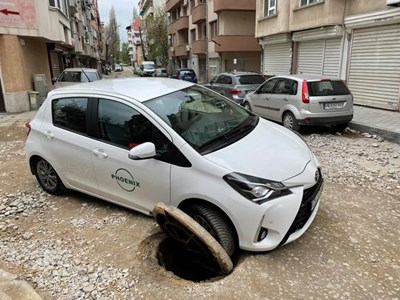 Кола пропадна в необезопасена шахта, водачката получи акт.