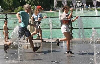 Пловдивчани се разхлаждат на сухия фонтан, в езерото къпането е забранено. Снимка: Евгени Цветков