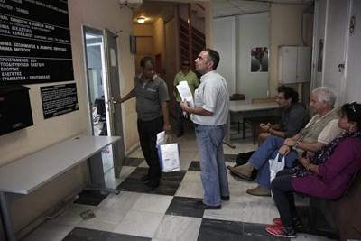 Гърците бързат да си платят данъците, за да не плащат лихви и глоби. СНИМКА: РОЙТЕРС