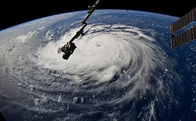 СНИМКИ: РОЙТЕРССтихията е от четвърта степен и ще удари Източното крайбрежие на САЩ в четвъртък