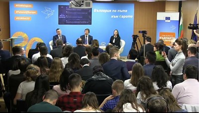 Финансовият министър Владислав Горанов, еврокомисарят Ваалдис Домбровскис и евродепутатът Ева Майдел отговарят на въпроси на граждани за пътя ни към еврото.