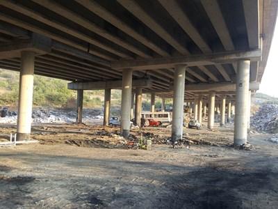 Под моста вече няма боклуци, но не се знае кога ще бъдат премахнати тези отстрани. Това е задължение на общината в Дупница.